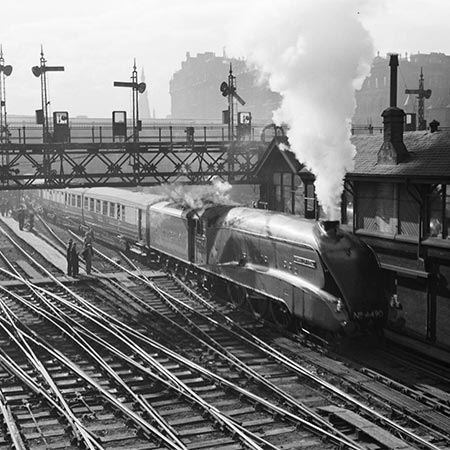 Flying Scotsman bij station Edinburgh, foto Willem van de Poll/Nationaal Archief CC-BY-SA